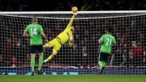 Con paradas como ésta, Forster se ha mantenido invicto en los 5 partidos de Premier League en los que jugado desde su vuelta