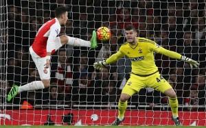 Ante el Arsenal, los Saints lograron un valioso empate con su portero destacando sobre el resto