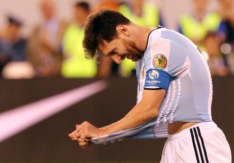 CDA299. EAST RUTHERFORD, (NJ, EE.UU.), 26/06/2016.- Lionel Messi de Argentina se lamenta luego de fallar un penalti en la serie contra Chile en la final de la Copa América Centenario hoy, domingo 26 de junio de 2016, en el estadio MetLife de East Rutherford, Nueva Jersey (EE.UU.). EFE/MAURICIO DUEÑAS CASTAÑEDA