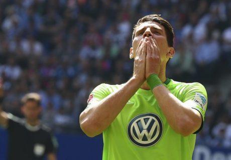 Mario Gómez se lamenta tras la derrota del Wolfsburgo en Hamburgo que les condena a jugar un playoff para evitar el descenso.