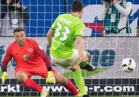 Mario Gómez marcó el tanto de la victoria del Wolfsburgo en el partido de ida de la eliminatoria de promoción frente al Eintracht Braunschweig.