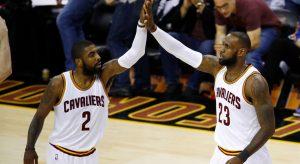 Kyrie Irving y LeBron James se combinaron para anotar 71 puntos en la victoria de los Cavaliers en el 4º partido de la Final de la NBA.