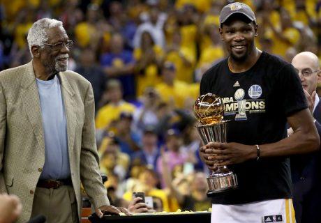 Kevin Durant recibe el premio al MVP de la Final de manos de uno de los grandes jugadores de la historia, el Celtic Bill Russell, ganador de 11.