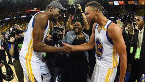 Stephen Curry y Kevin Durant lograron el título en su primera temporada como compañeros en los Warriors, despejando todas las dudas sobre sí podrían jugar juntos.