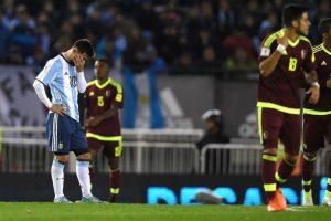 Lionel Messi se lamenta tras el inesperado empate ante la Vinotinto que mandaría a Argentina a la repesca.