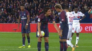 Tras no tirar el libre directo minutos antes, Cavani buscó su gol desde el punto de penalti pese a la petición de Neymar Jr. para ser quién lo lanzara.