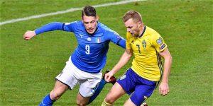 Belotti lucha por un balón ante Larsson. El delantero centro del Torino llegó muy justo de preparación a este partido.