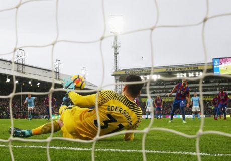 Ederson salvó el empate para el líder parando un penalti en los instantes finales del partido.