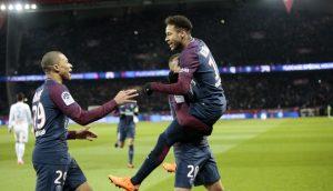 Neymar Jr. asistió a Cavani en el tercer gol parisino antes de lesionarse en su tobillo y abandonar el campo en camilla.