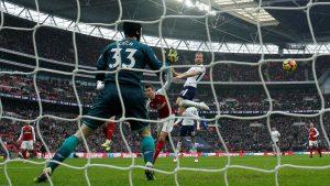 Harry Kane marcó de cabeza el tanto de la victoria en Wembley ante el Arsenal.