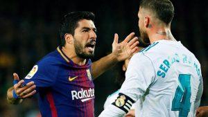 Luís Suárez se encara con Sergio Ramos protestando una falta del camero. Minutos más tarde, Lionel Messi iría a lesionar al central español para vengar la afrenta.