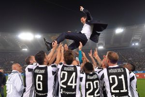 Massimiliano Allegri fue manteado por sus jugadores al final del partido ante el AC Milan. ¿Estará su futuro en el Chelsea?