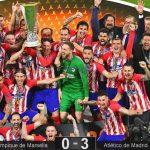 """Gabi y Fernando Torres recogieron el trofeo juntos, en la despedida de """"El Niño"""" del conjunto de su vida."""