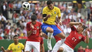 El capitán brasileño Thiago Silva estuvo a punto de abrir el marcador con un remate de cabeza a pase de Neymar Jr.