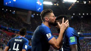 Imitando el gesto de Blanc con Barthe en 1998, Giroud besa la cabeza de Umtiti tras marca el central culé el gol del triunfo galo.