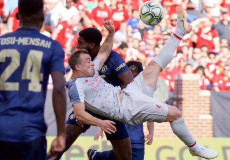 Shaqiri debutó con el Liverpool marcando un golazo de chilena ante el Manchester United.