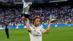 Luka Modric ofreció sus galardones como mejor jugador y mejor mediocampista de la pasada temporada de la Champions League antes del inicio del partido.